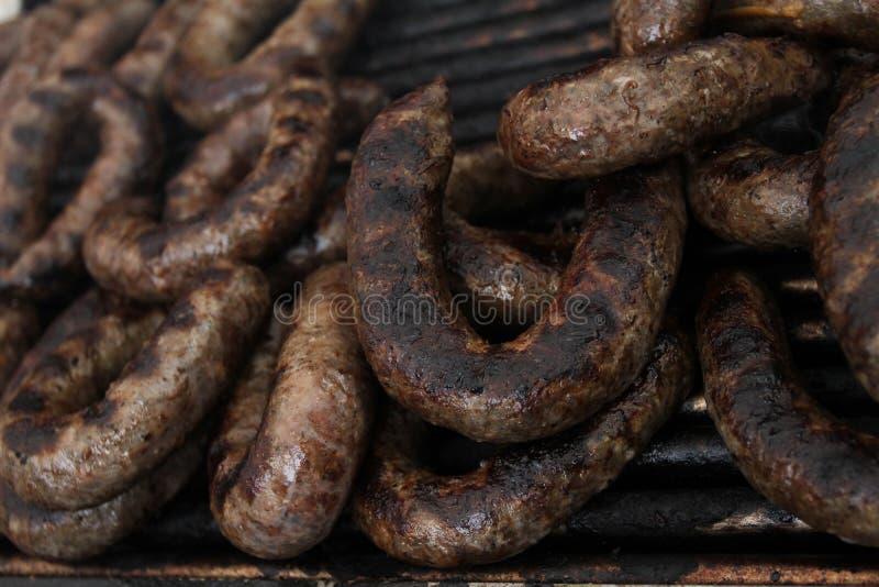 Frische Würste grillten draußen auf einem Gasgrill grill stockbilder