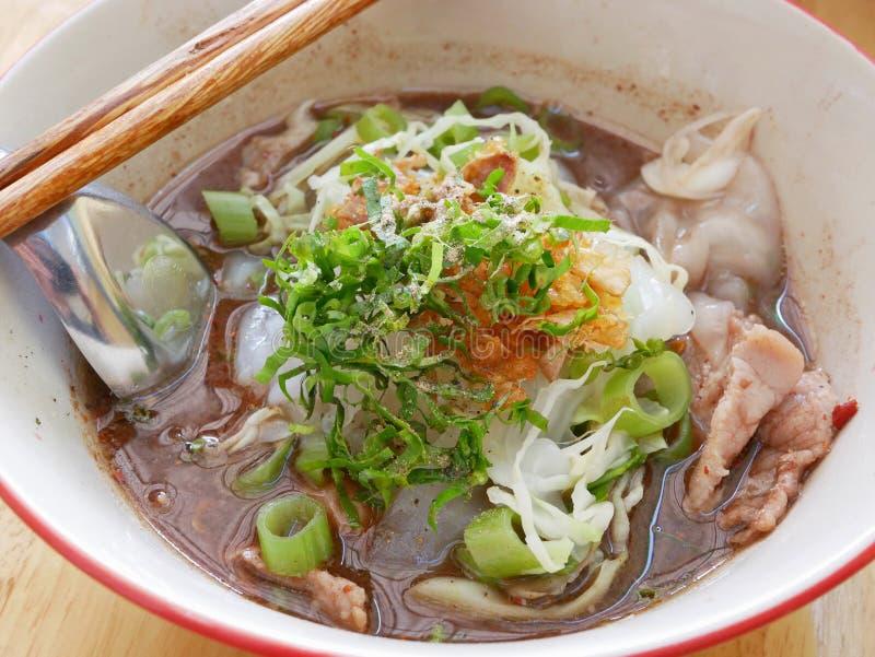 Frische würzige Nudelsuppe mit Schweinefleisch und seiner starken Suppe Guay Tiao Rua des geschmackvollen Machen-von-Schweinbluts stockfotos