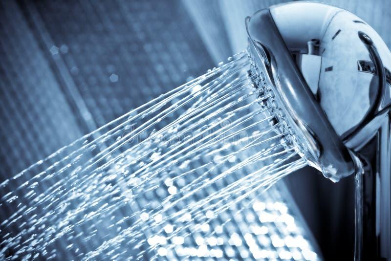 Frische Wasserstrahldusche lizenzfreie stockbilder