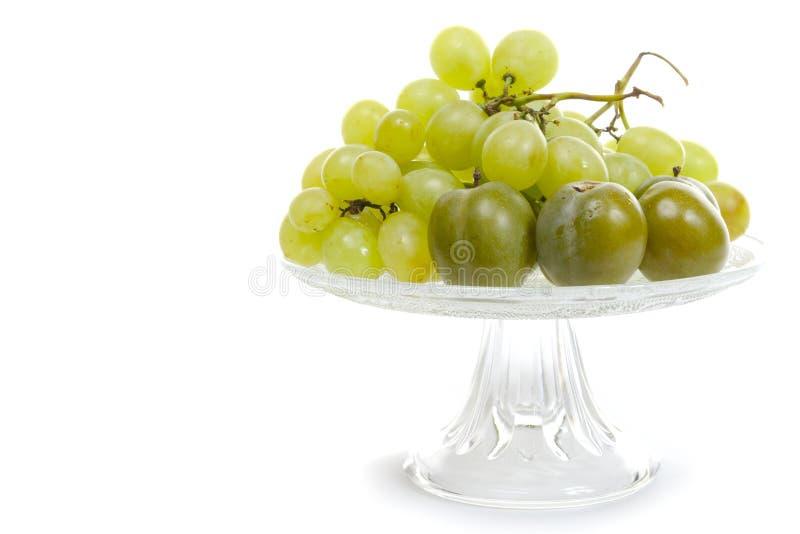 Frische weiße Trauben gruppiert sich in einer Schale auf weißem Hintergrund lizenzfreies stockbild