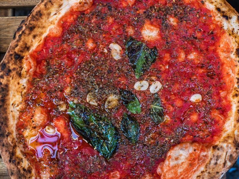 Frische, wohlriechende neapolitanische Pizza mit Tomaten und Käse stockfotografie