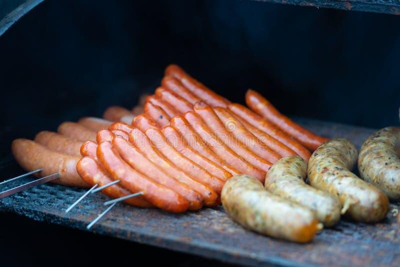 Frische Wurst und Hotdoge, die draußen grillen stockbilder