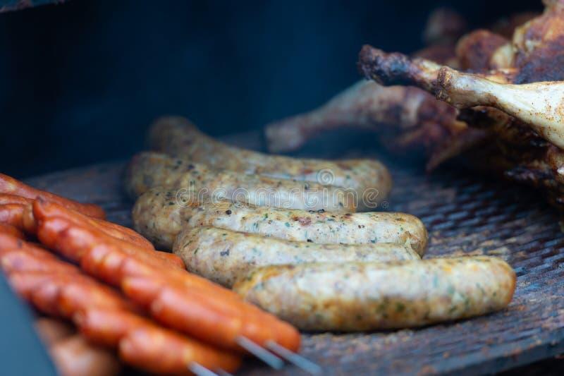 Frische Wurst und Hotdoge, die draußen grillen lizenzfreie stockfotos