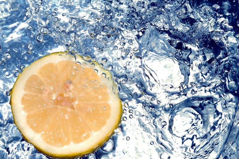 Frische Zitrone im kalten Wasser lizenzfreies stockfoto