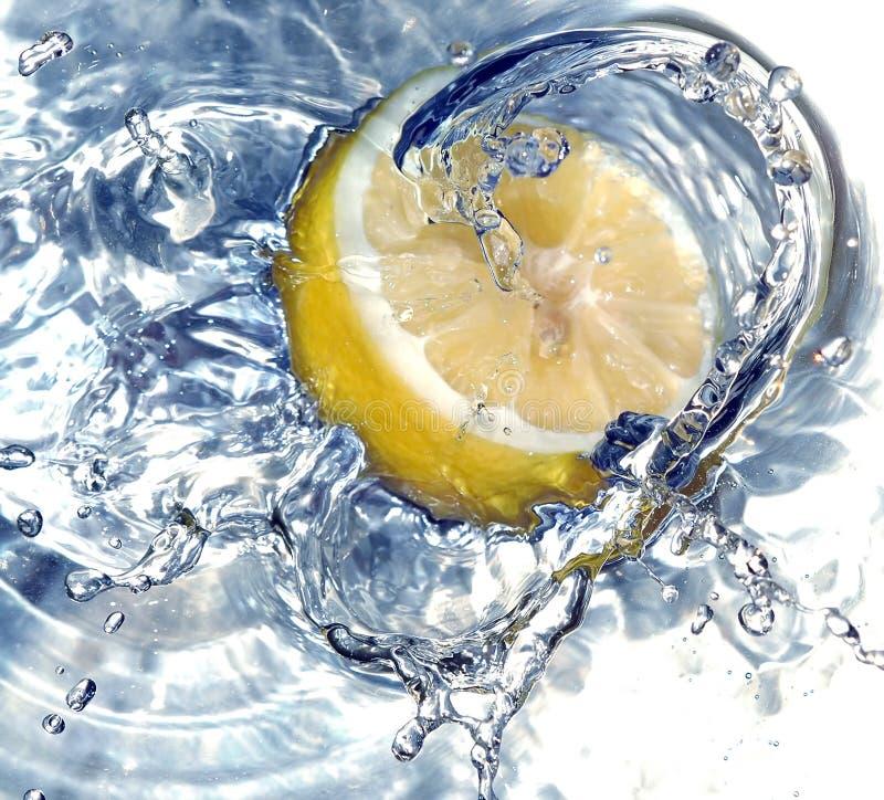 Frische Zitrone im Wasser lizenzfreie stockbilder