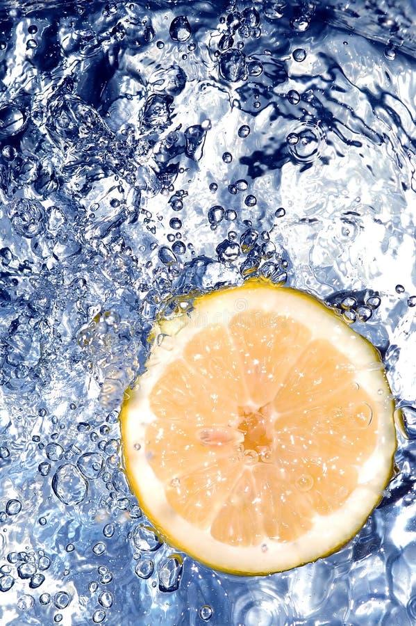 Frische Zitrone im Wasser lizenzfreies stockbild