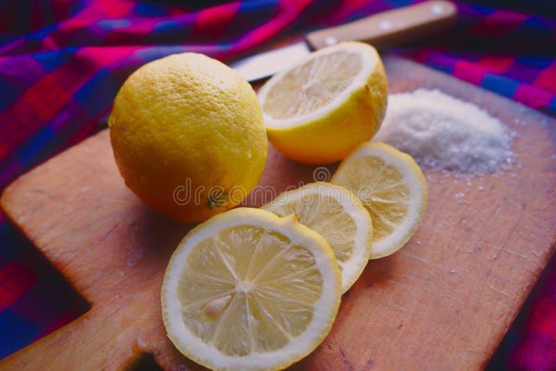 Frische Zitronen auf einem hölzernen Schneidebrett stockbild