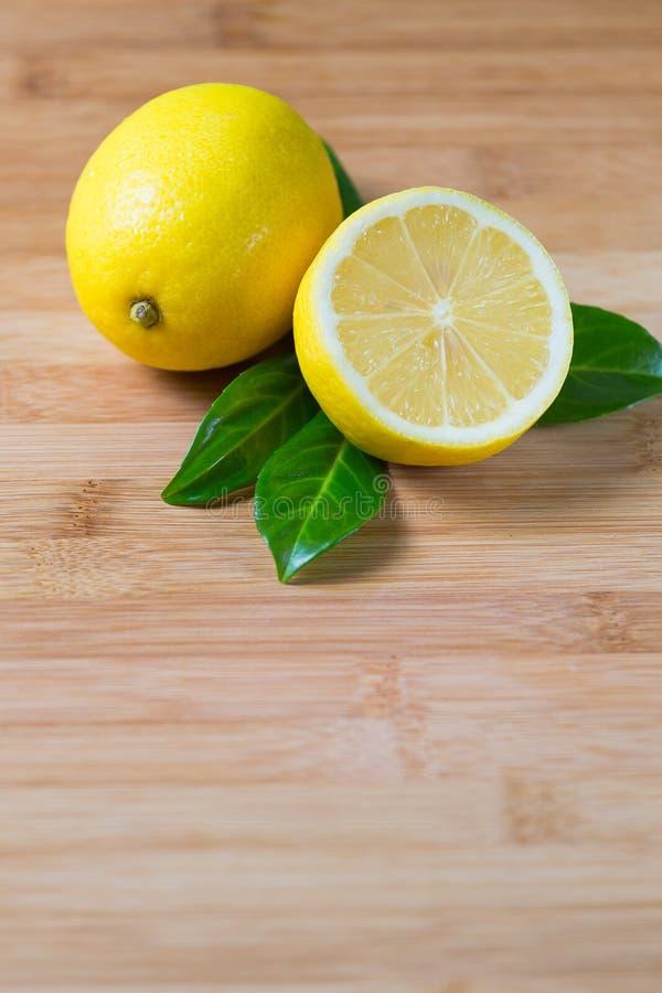 Frische Zitronen auf einer Tabelle stockbilder