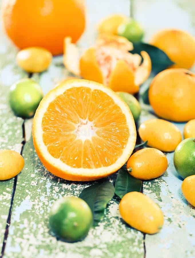 Frische Zitrusfrüchte auf der rustikalen Tabelle stockfotografie