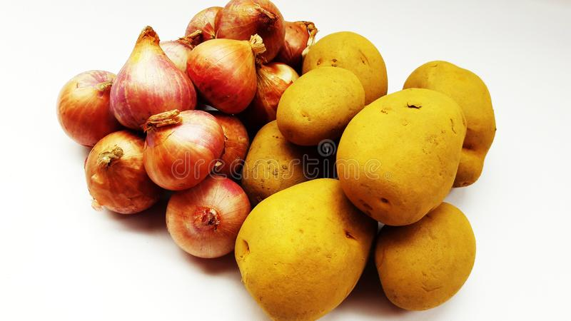 Frische Zwiebel und Kartoffel lokalisiert auf weißem Hintergrundnahaufnahmebild stockbild