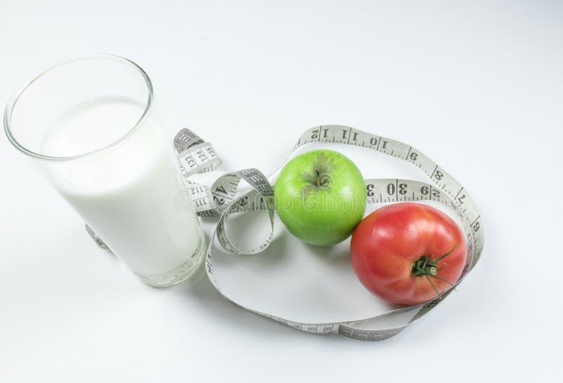 Frischer Apfel mit messendem Band Frische Tomate Sauermilchprodukt lokalisiert auf weißem Hintergrund lizenzfreies stockfoto