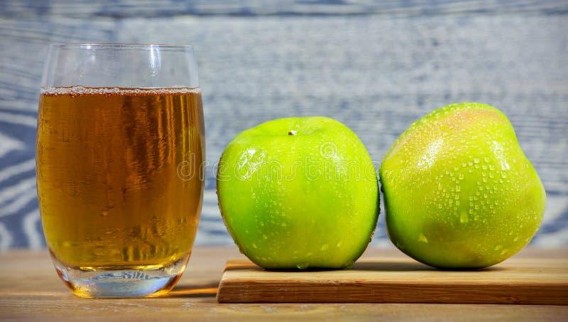 Frischer Apfelsaft lizenzfreie stockfotos