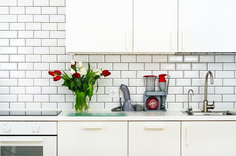 Frischer Blumenstrauß von roten und weißen Tulpen auf Küchentisch Detail des Hauptinnenraums, Design Minimalistic-Konzept Blumen lizenzfreies stockbild
