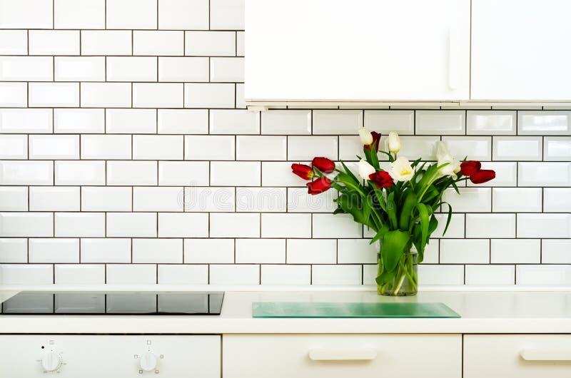 Frischer Blumenstrauß von roten und weißen Tulpen auf Küchentisch Detail des Hauptinnenraums, Design Minimalistic-Konzept Blumen stockfotos