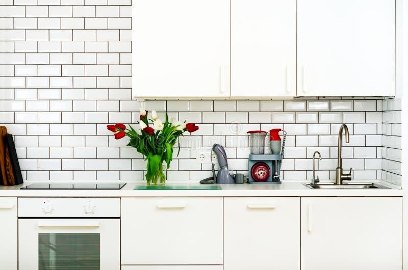Frischer Blumenstrauß von roten und weißen Tulpen auf Küchentisch Detail des Hauptinnenraums, Design Minimalistic-Konzept Blumen lizenzfreies stockfoto