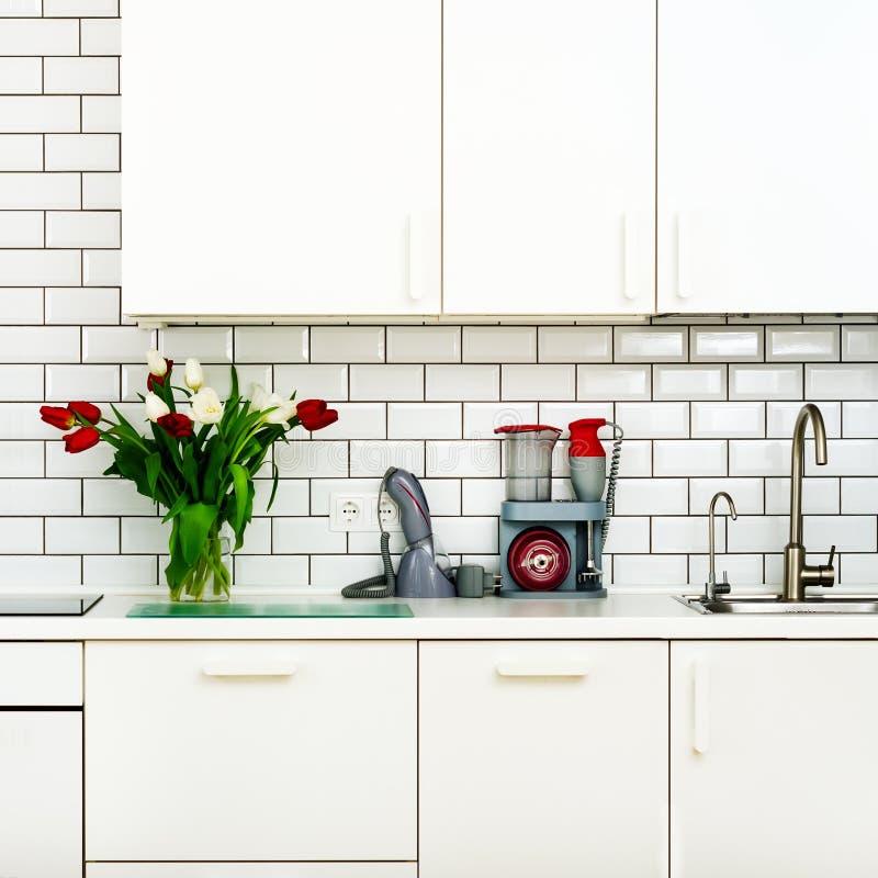 Frischer Blumenstrauß von roten und weißen Tulpen auf Küchentisch Detail des Hauptinnenraums, Design Minimalistic-Konzept Blumen lizenzfreie stockbilder