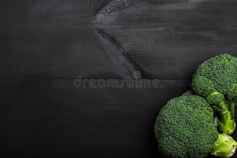 Frischer Brokkoli auf rustikaler hölzerner Tabelle, Herbstgemüse lizenzfreie stockbilder