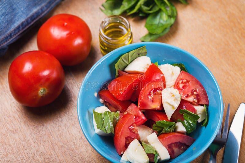 Frischer Caprese Salat lizenzfreies stockbild