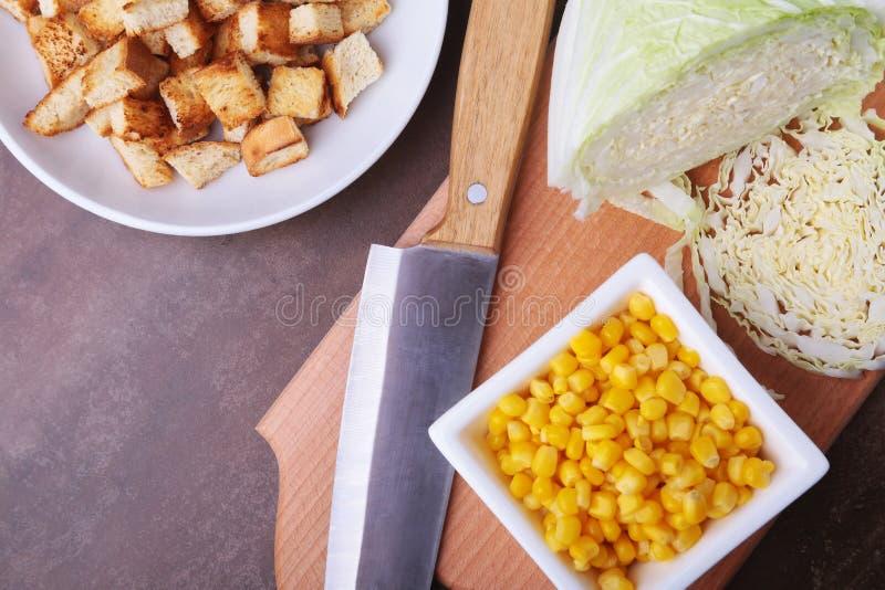 Frischer Chinakohl, Bonbon konservierte Mais, köstliche knusperige Croutons in Büchsen und machte Thunfisch ein Bestandteile für  lizenzfreies stockbild