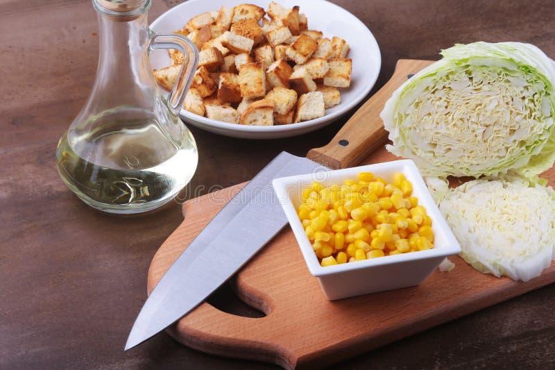 Frischer Chinakohl, Bonbon konservierte Mais, köstliche knusperige Croutons in Büchsen und machte Thunfisch ein Bestandteile für  lizenzfreie stockfotos