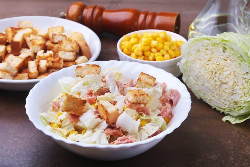 Frischer Chinakohl, Bonbon konservierte Mais, köstliche knusperige Croutons in Büchsen und machte Thunfisch ein Bestandteile für  stockbild