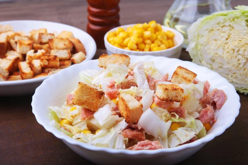 Frischer Chinakohl, Bonbon konservierte Mais, köstliche knusperige Croutons in Büchsen und machte Thunfisch ein Bestandteile für  stockfotografie