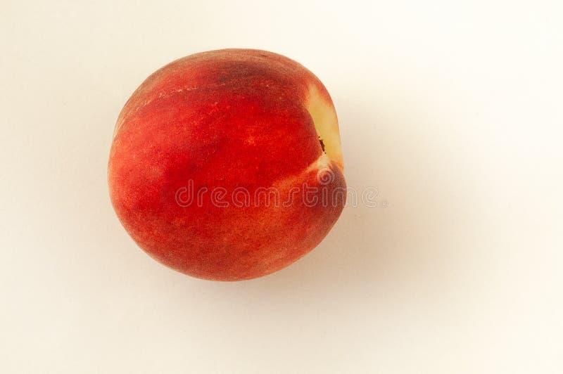 Frischer einzelner saftiger Pfirsich lokalisiert auf weißem Hintergrund Orange Frucht Sommerfruchtkonzept Nahaufnahme stockfotos