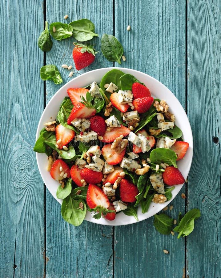 Frischer Erdbeersalat mit Spinatsblättern, Blauschimmelkäse und Walnüssen lizenzfreies stockfoto