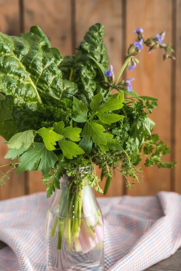 Frischer feinschmeckerischer Blumenstrauß aus dem Garten heraus lizenzfreie stockbilder