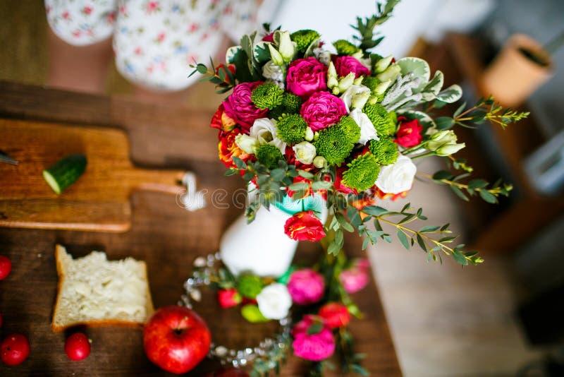 Frischer Frühlingsblumenstrauß von rosa und weißen Rosen auf Holztisch stockbild