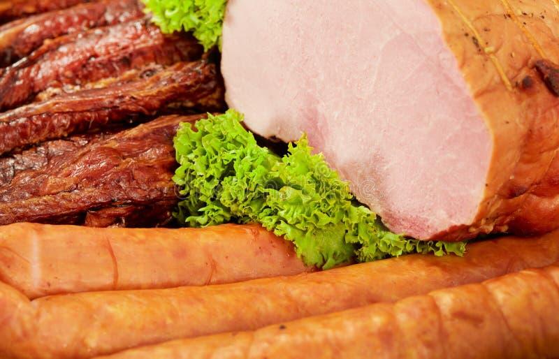 Frischer Frühstückstisch mit Schweinefleischschinken, -wurst und -salat lizenzfreies stockfoto
