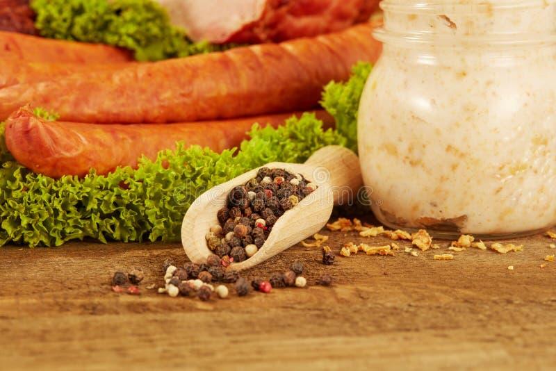 Frischer Frühstückstisch mit Wurst, Schweinefleischschweinefett auf Holz stockbilder