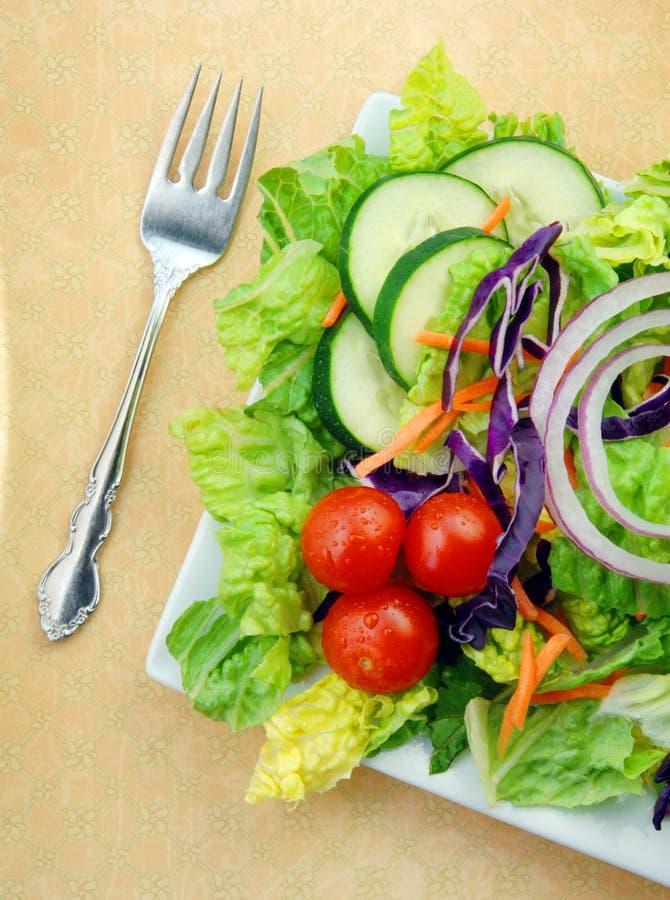 Frischer Garten-Salat auf quadratischer Platte mit Gabel stockfotos