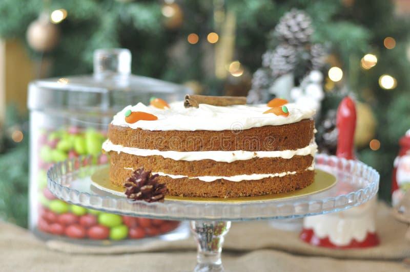 Frischer gebackener Karottenkuchen mit Weihnachtsdekoration stockbild