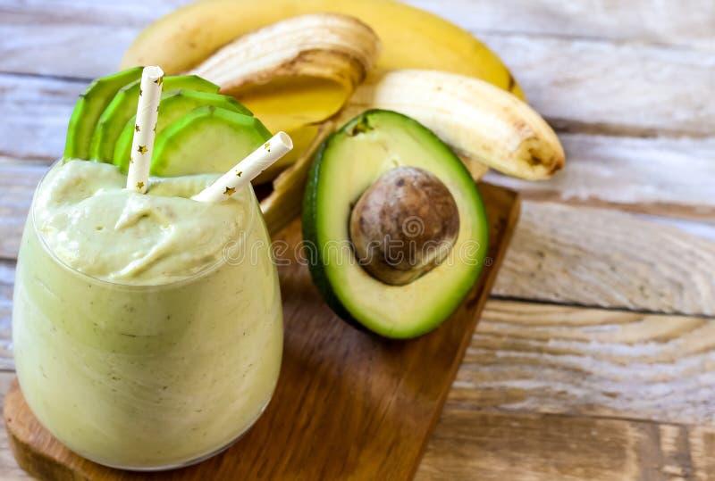 Frischer gemischter Banane und Avocado Smoothie stockfotografie