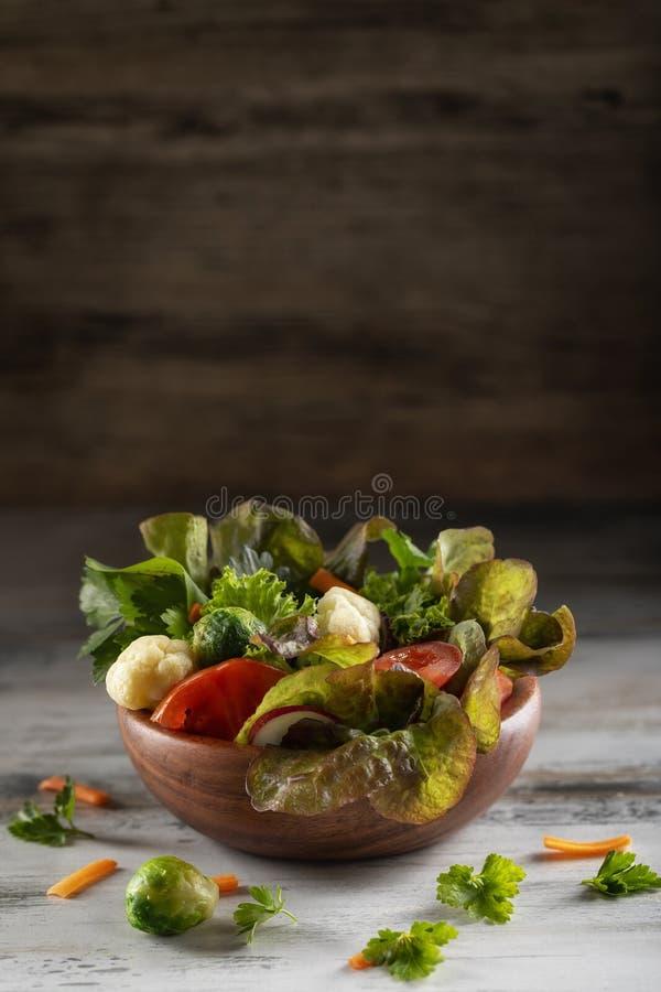 Frischer gemischter grüner Salat mit Tomaten, Rosenkohl, Brokkoliblumenkohl, Kopfsalat und Spinat stockfotografie