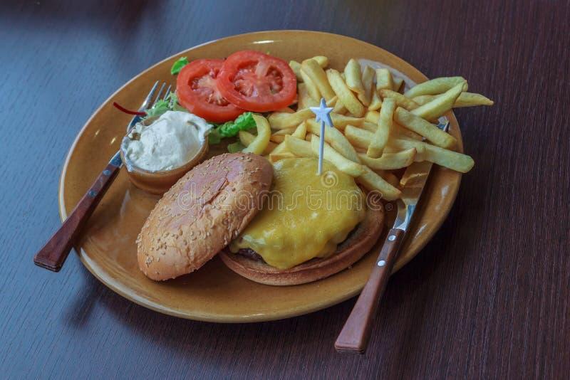 Frischer geschmackvoller Burger stockbilder