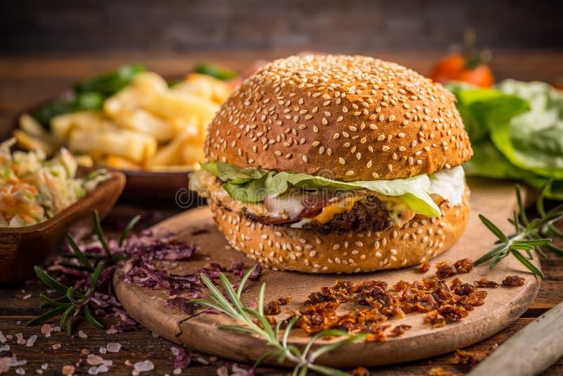 Frischer geschmackvoller Burger lizenzfreie stockbilder