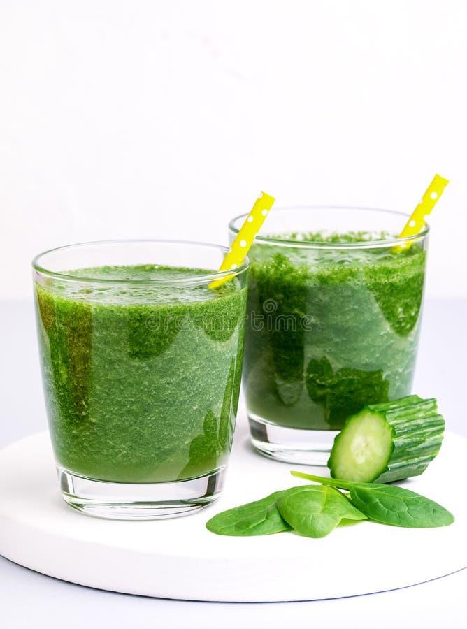 Frischer geschmackvoller Spinats-Gurke Smoothie Gläser im neuen Vgetables-Detox-Getränk weißer hölzerner Tray Gray Background Ver stockbild