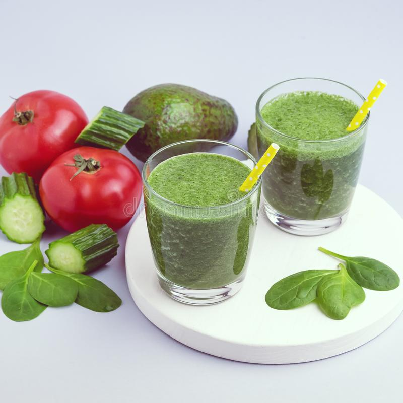 Frischer geschmackvoller Spinats-Gurken-Avocado-Tomate Smoothie Gläser im neuen Vgetables-Detox-Getränk weißer hölzerner Tray Gra lizenzfreie stockfotos