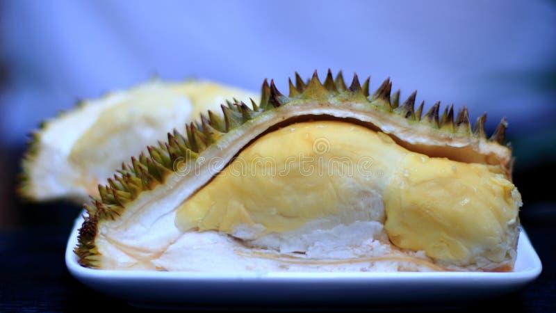 Frischer geschnittener Durian, der König der Frucht von Thailand auf weißem Hintergrund ist stockbild