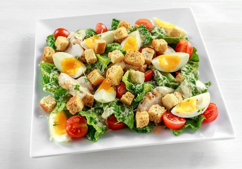 frischer gesunder caesar salat mit huhn eiern tomaten k se und croutons auf wei er platte. Black Bedroom Furniture Sets. Home Design Ideas