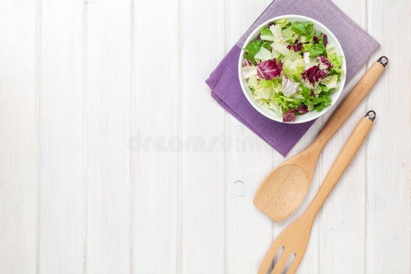Frischer gesunder Salat über weißem Holztisch lizenzfreie stockbilder