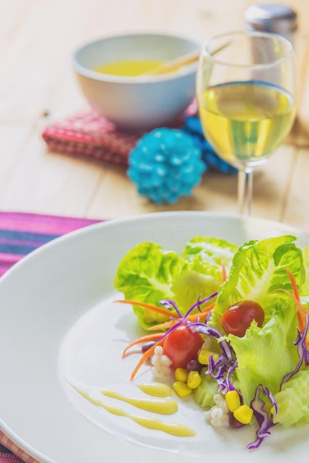 Frischer gesunder Salat auf Holztisch lizenzfreies stockbild