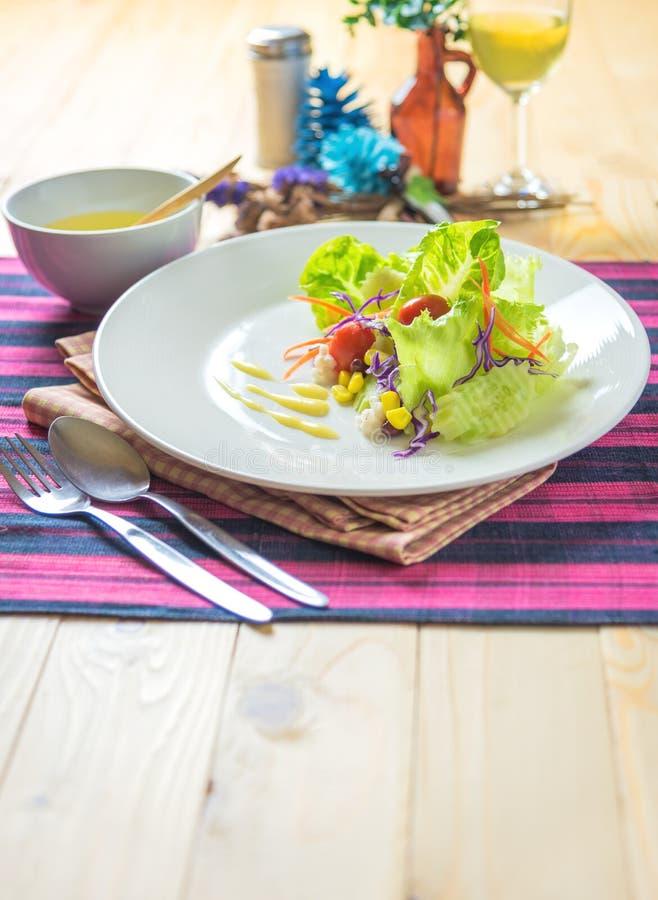 Frischer gesunder Salat auf Holztisch stockbild