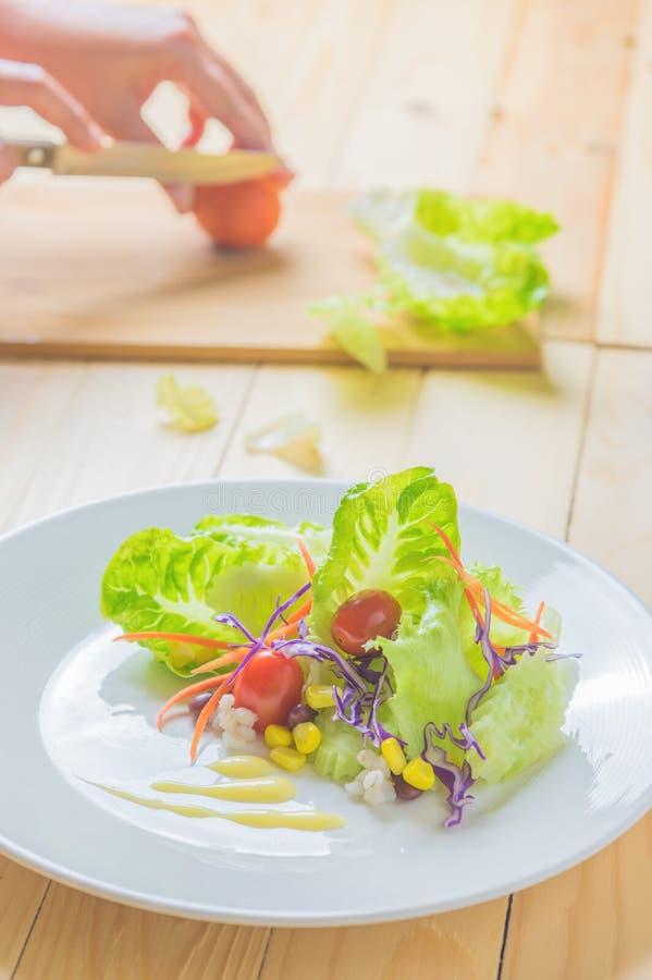 Frischer gesunder Salat auf Holztisch lizenzfreies stockfoto