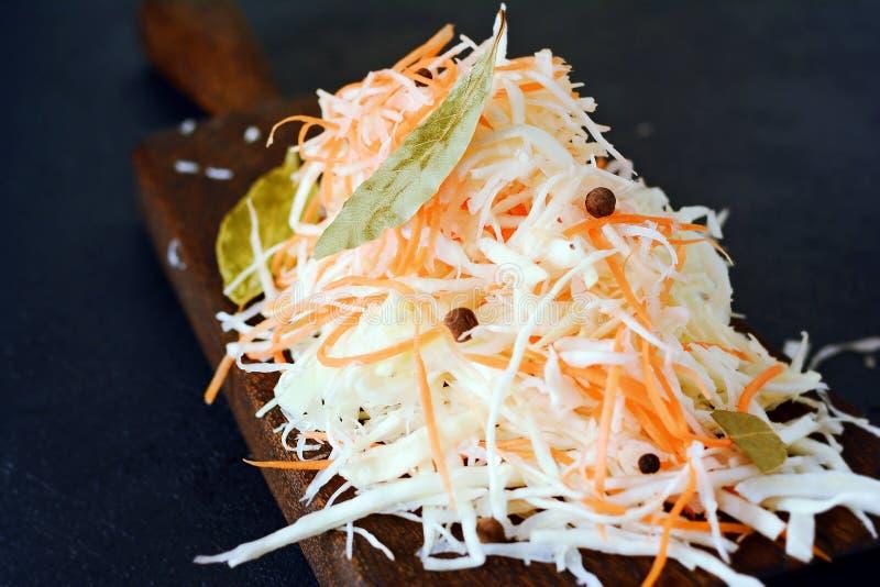 Frischer gesunder Salat - Kohl, Karotte Kohlsalat auf einem hölzernen Brett auf einem hellen Hintergrund Gemüse für Ferment lizenzfreie stockbilder