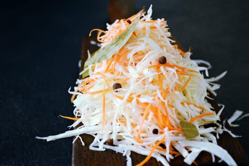 Frischer gesunder Salat - Kohl, Karotte Kohlsalat auf einem hölzernen Brett auf einem hellen Hintergrund Gemüse für Ferment stockfotos