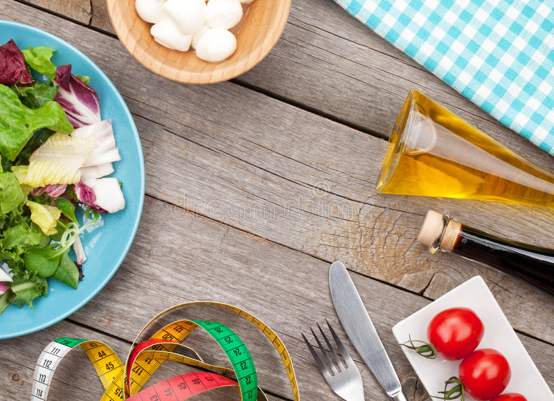Frischer gesunder Salat mit Tomaten und Mozzarella stockfoto