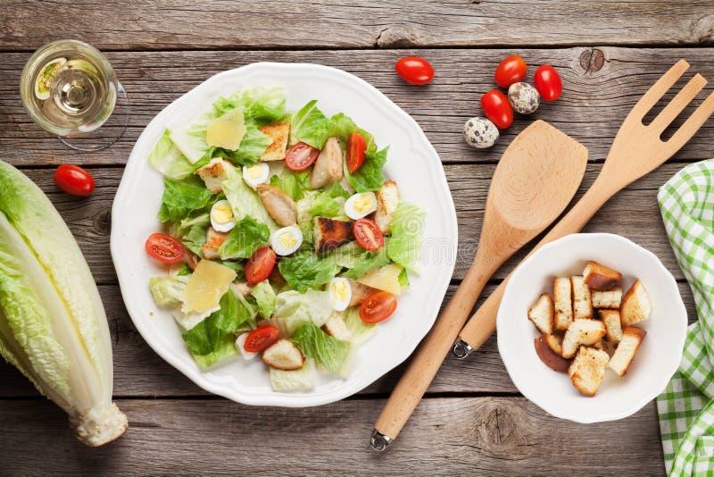 Frischer gesunder Salat und Weißwein stockbilder